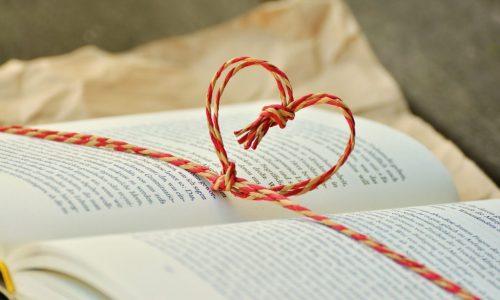 libro con nastro a cuore